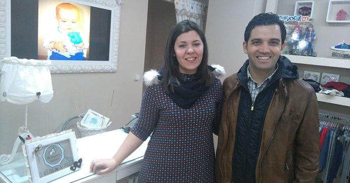 El alcalde, Juan Antonio Sagredo, visita una tienda de ropa infantil