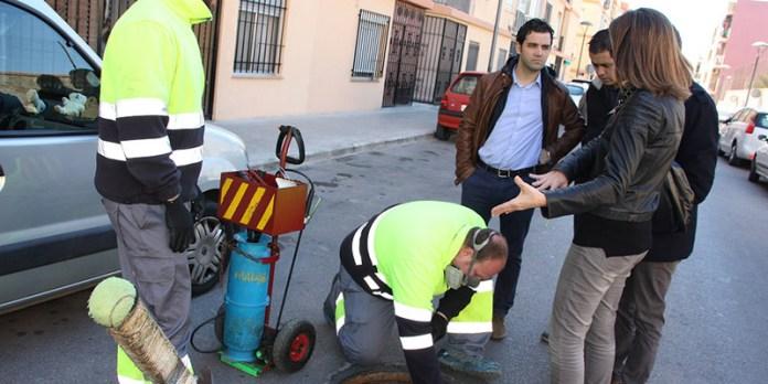 Sagredo y Campos durante su visita a los trabajos de desinsectación