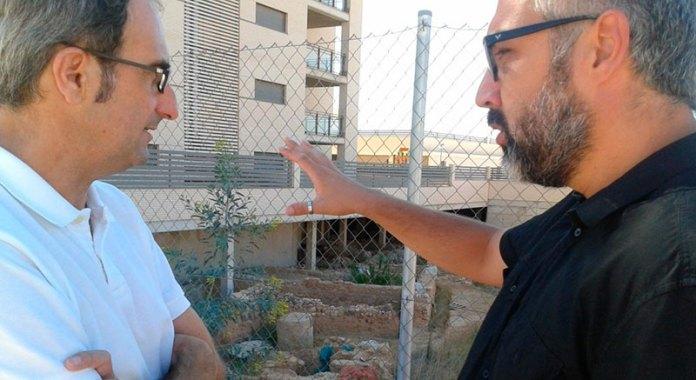 Jordi Sebastián y Juanma Ramón junto a la Villa Romana de Paterna