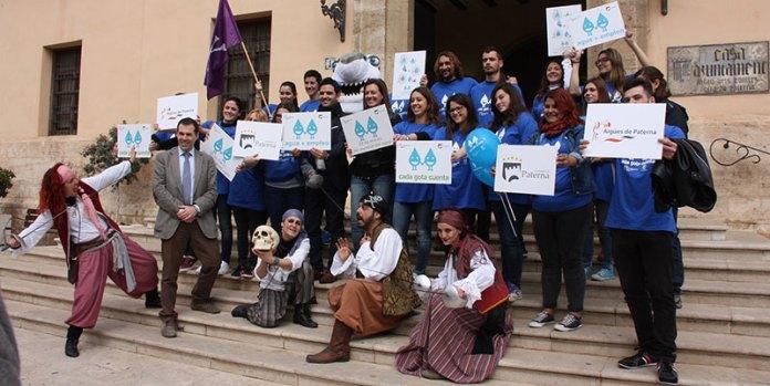 El alcalde de Paterna, Juan Antonio Sagredo junto a los jóvenes que realizarán la campaña de concienciación