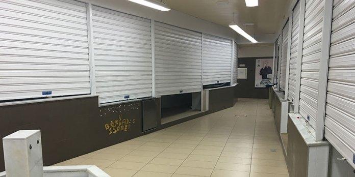 Imagen de la zona central del mercado, en el que casi la totalidad de los puestos están cerrados en un día de máxima actividad por haber mercado ambulante