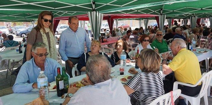 Nuria Campos y Julio Fernández durante su visita a la comida del mayor