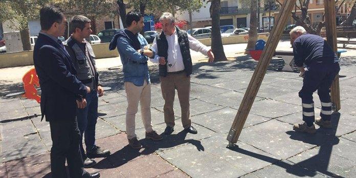 El alcalde de Paterna, Juan Antonio Sagredo, durante su visita a un parque