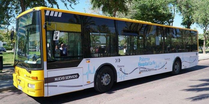 El autobús a su llegada al Hospital de la Fe