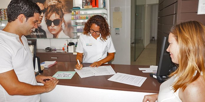 El alcalde, Juan Antonio Sagredo y la Concejal de Comercio, Eva Pérez entregando unos distintivos