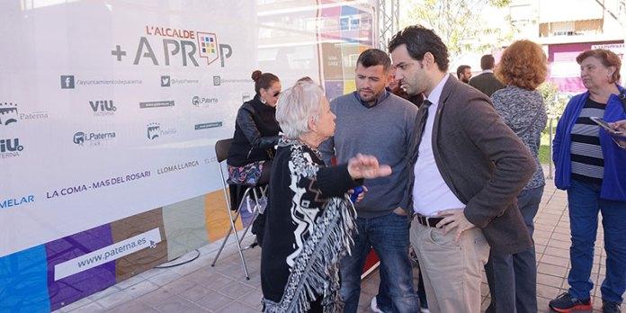 El alcalde, Juan Antonio Sagredo, hablando con una vecina de Santa Rita