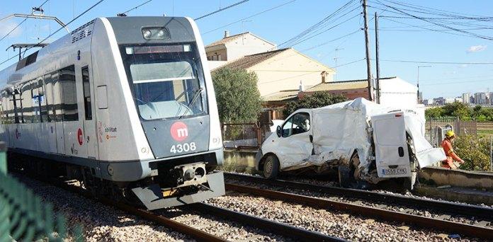 El metro pasa junto a la furgoneta siniestrada