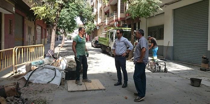Sagredo y Mora durante una visita a obras de mejora de aceras