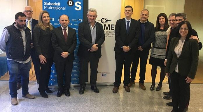 Imagen de representantes de Apymep y Banco Sabadell tras la firma del convenio
