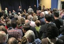 Instante de la intervención de Carles Martí en la Junta de Barrio donde se trató el tema del centro de menores de Montecañada