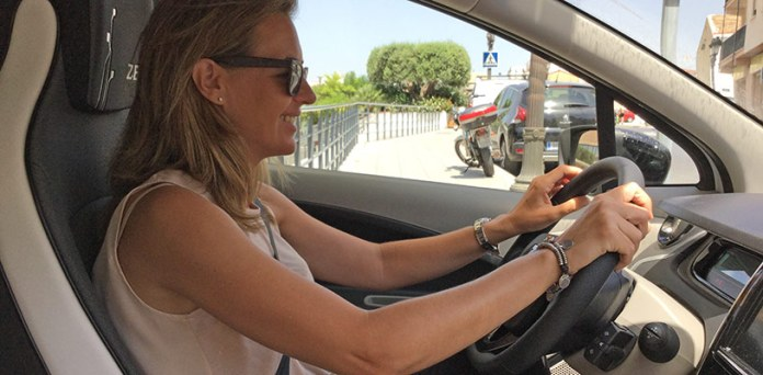 La concejala Nuria Campos en uno de los coches eléctricos