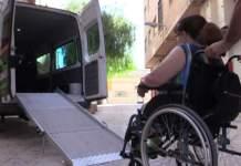 Una vecina haciendo uso del vehículo adaptado