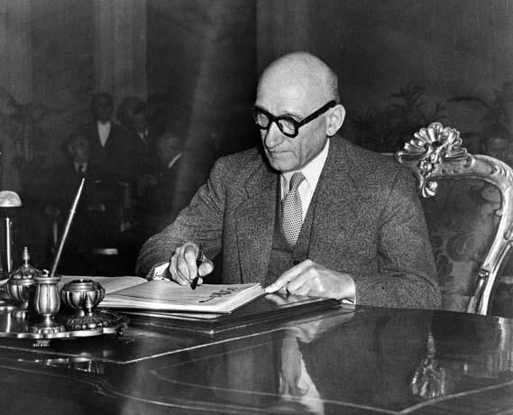 Robert Schuman, ministre français des Affaires étrangères, signant la Convention de sauvegarde des droits de l'homme et des libertés fondamentales à Rome le 4 novembre 1950 (© Conseil de l'Europe)