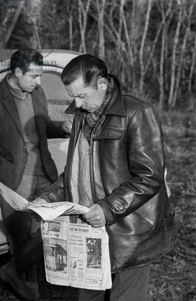 Le frère d'André Fourquet lisant le journal relatant les faits tragiques le 14 février 1969 (© AGIP / Bridgeman Images)