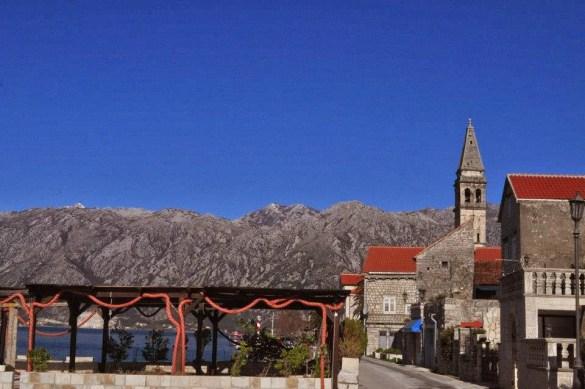 По пътя спряхме в малкия китен черногорски градец Перест.
