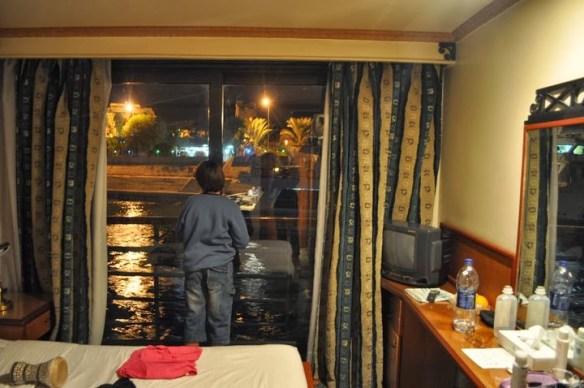През нощта спахме на отворени пердета, за да гледаме звездите /бяха огромни/ и осветените корабчета, с които се разминавахме. !