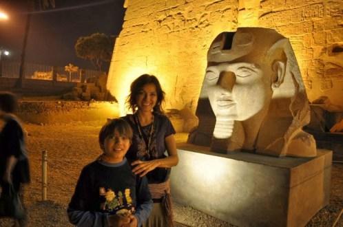 Нетипсут и Калинхотеп, който е с висока температура, след като цял ден се цамбурка в студените басейни и джакузи на корабчето, докато майка му, изпаднала в транс от красивите гледки, съвсем забрави за него!