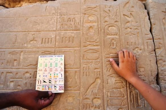 Махгуб ни обучава как да различаваме древноегипетските цифри и йероглифи.