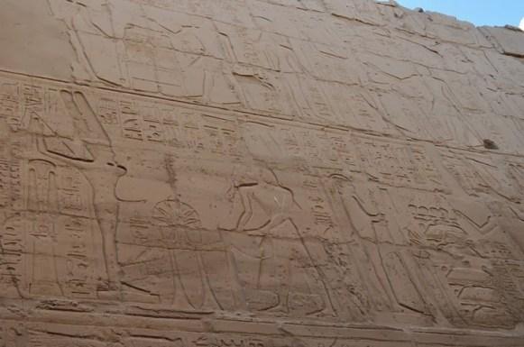 Его го пак богът Мен. Голям палавник! Забременил всички жени на Египет, докато мъжете им били на война и за назидание Рамзес наредил да бъде изобразяван с една ръка и един крак.