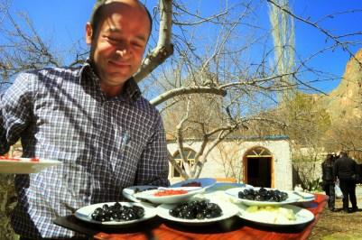 """Време за обяд. Хапнахме на теферич край една пресъхнала рекичка в долината Соанлъ или в превод """"Лучената долина"""", защото отглеждали много лук, който слава богу, не присъстваше в менюто ни. На почит в тази част на Турция са зеленчуковите ястия и най-вече граховата супа, която до края на пътуването ми втръсна."""