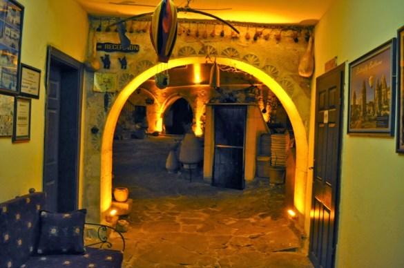 Подобно на повечето къщи и хотели тук и нашият беше издълбан в меката скала, т.нар. туфа. Обясниха ни, че българските групи отсядат в други населени места в обикновени хотели, тъй като в историческото градче Гюреме е доста скъпо. Нощувката вървяла между 500 и 1000 евро.