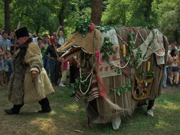 """В русенското село Кошов хората се гордеят с традицията си  """"Джамал"""". Чучелото в животинска форма се нарича Татунчо.  Играта цели да създаде ред, да подреди света след хаоса  настъпил с края на старата календарна година"""