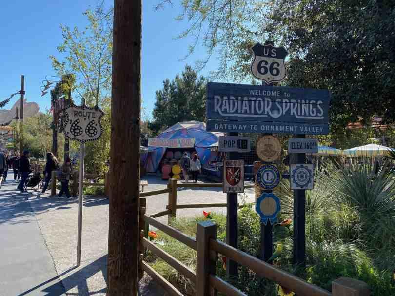 Foto da entrada de Radiator Springs, área exclusiva da Disneyland Califórnia.