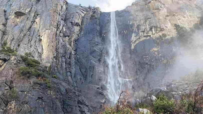 Foto de cachoeira no Yosemite National Park, na Califórnia.