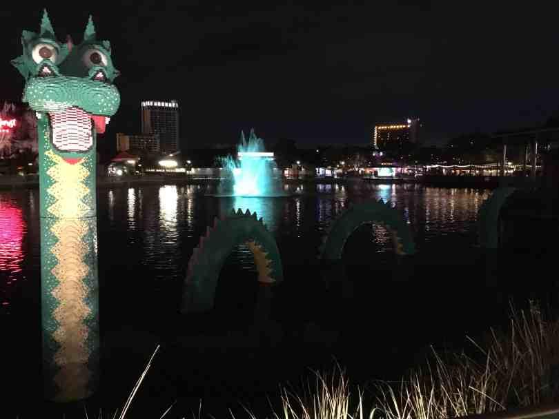 Foto de um dragão no lago do Disney Springs