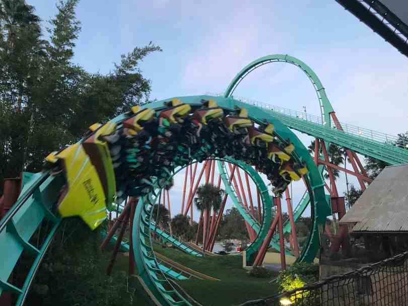 Foto da motanha russa Kumba, do Busch Gardens, um dos parques BEM distantes do Disney Springs