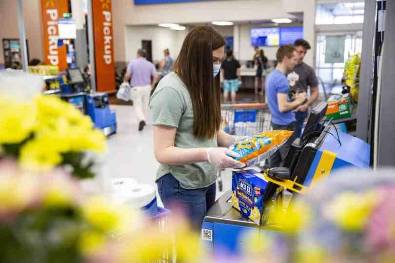 Cliente usando o sistema de self-checkout no wal-mart-usa
