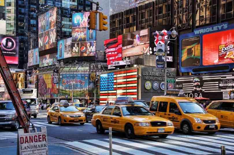 Que horas são nos EUA na cidade de Nova York, Orlando e Miami - Imagem da times square com os famosos táxis amarelos de nova York