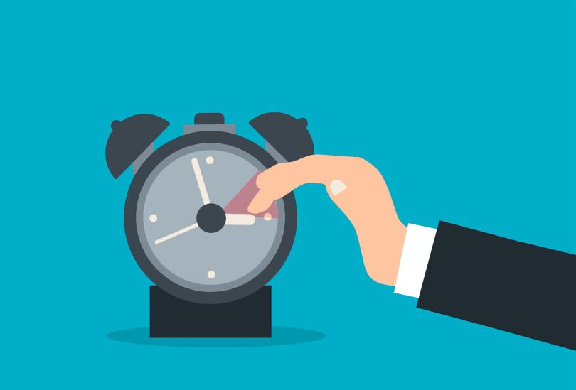 Imagem mostrando que o relógio é adiantado das 2h da manhã para as 3h da manha no horário de verão americano.