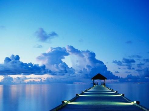Un dock au coucher de soleil sur l?île de White Sands aux Maldives.