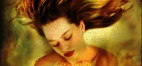 femme en or