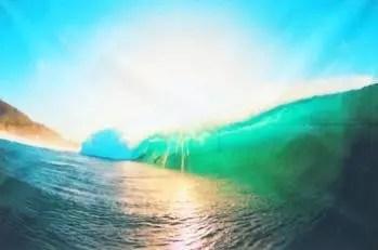 Des vagues de lumières viennent réveiller les êtres endormis…