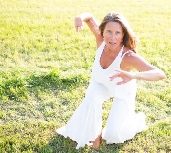 Amara Pagano semanal en línea práctica de baile consciente de azul