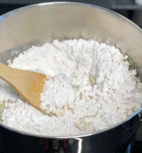 מוסיפים את קמח הטפיוקה