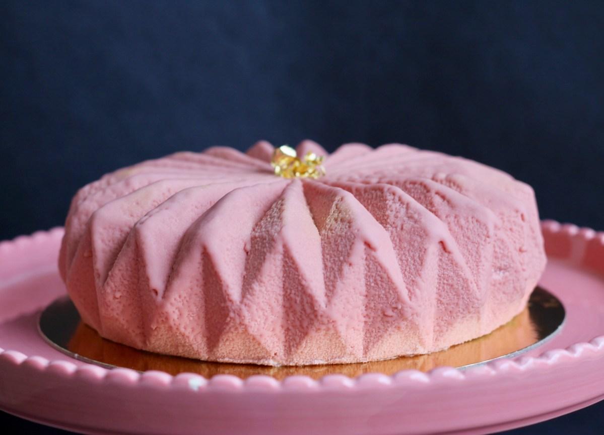 וורודה כביום היוולדה - עוגת שוקולד רובי, פיסטוק ותות ללא צבעי מאכל
