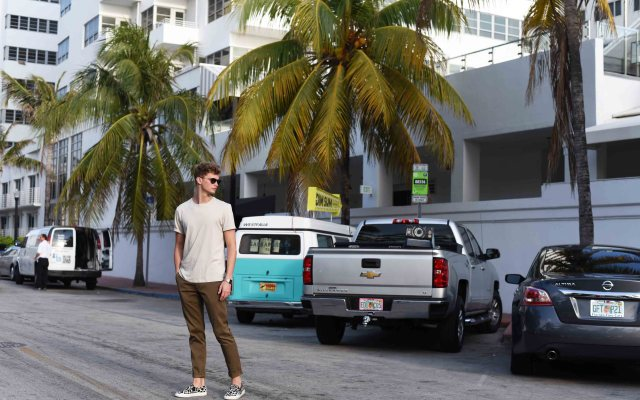 Khaki Pants und Pony Hair Slip Ons in Miami