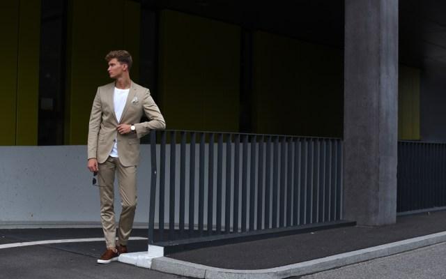 Beiger Hugo Boss Anzug und Double Strap Monk Sneaker