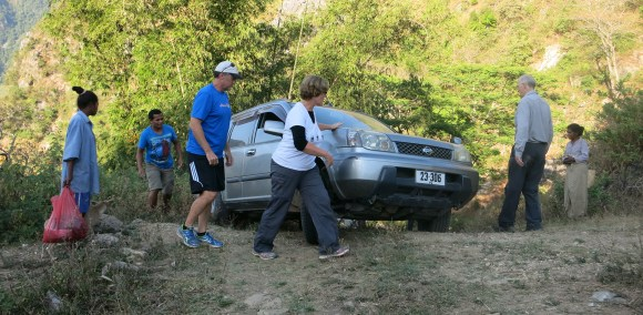 Further on, the steep slope to Oeiburu proves too much for our car which gets stuck in loose gravel.
