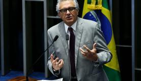 Brasília - O relator Ronaldo Caiado fala durante sessão extraordinária para votar o projeto que cria Cédula Imobiliária Rural, no plenário do Senado (Marcelo Camargo/Agência Brasil)