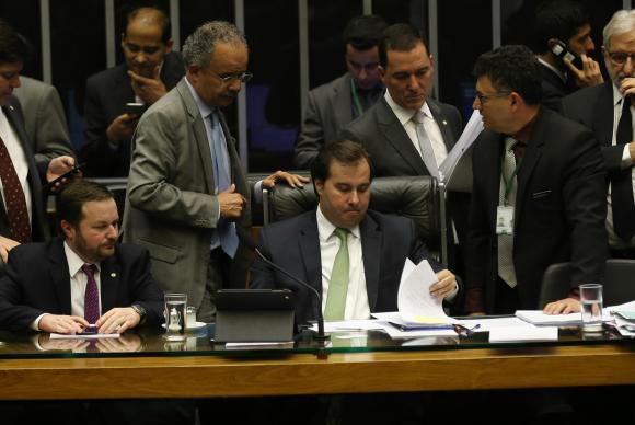 Brasília - O deputado Vicente Cândido, relator da reforma política,e o presidente da Câmara, Rodrigo Maia, durante sessão para votar a PEC (Fabio Rodrigues Pozzebom/Agência Brasil)