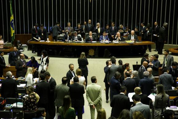 Brasília - O presidente do Congresso Nacional, Eunício Oliveira, em nova sessão conjunta do Senado e da Câmara dos Deputados para retomar a votação de vetos presidenciais (Marcelo Camargo/Agência Brasil)