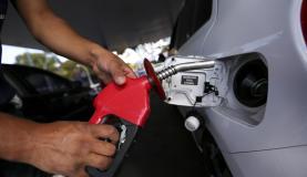 Brasília - Postos de combustíveis ajustam os preços e repassam para o consumidor o aumento da alíquota do PIS e Cofins pelo litro da gasolina(Marcelo Camargo/Agência Brasil)
