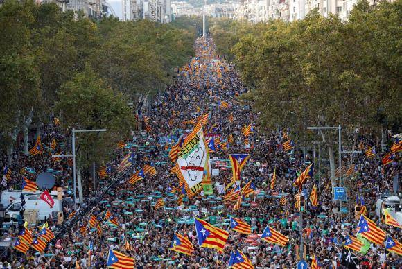 Milhares de pessoas protestam em Barcelona contra decisão do governo espanhol de destituir o presidente da Catalunha