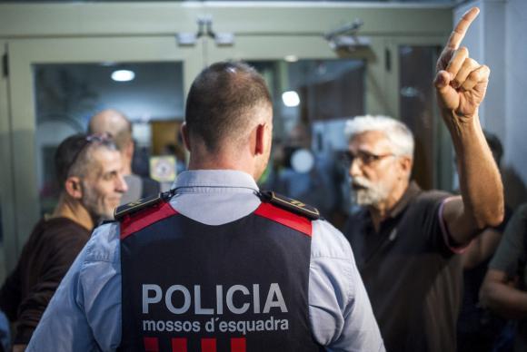 Os policiais da Catalunha, conhecidos como Mossos d'Esquadra,em locais de votação do referendo marcado para este domingo (1 )