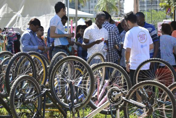 Brasília - A organização não governamental Rodas da Paz doa bicicletas a refugiado de varios países (Antonio Cruz/Agência Brasil)