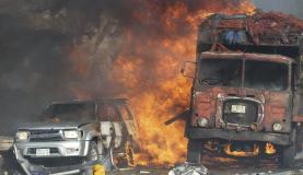 Veículos em chamas após ataque com caminhões-bomba contra um hotel em Mogadíscio, capital da Somália